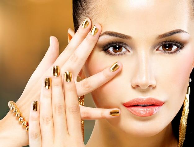 Крупным планом красивое лицо гламурной женщины с черным макияжем глаз Бесплатные Фотографии