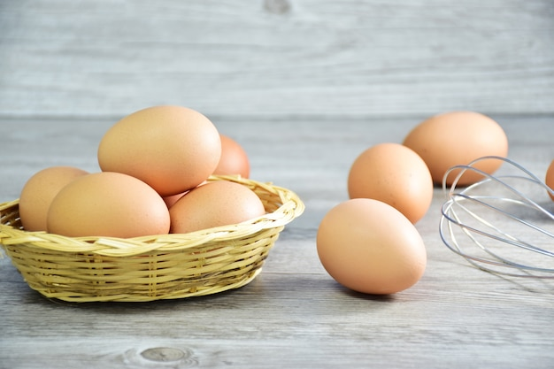 Closeup of brown chicken eggs/hen eggs in a wooden basket with rice hays and eggs Premium Photo