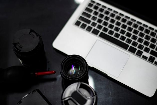 Closeup of a camera lens and a laptop Premium Photo