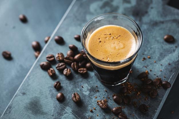 Il primo piano di caffè espresso fresco classico è servito su superficie scura. Foto Gratuite
