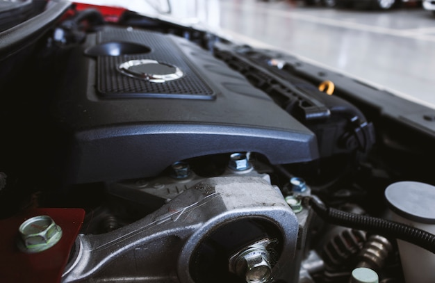 背景にソフトフォーカスと自動車エンジンの詳細を拡大します。オーバーライト Premium写真