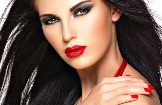 Fronte del primo piano di una bella donna castana con le unghie e le labbra rosse Foto Gratuite