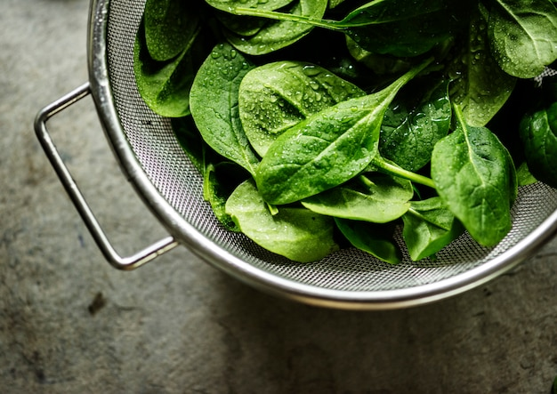 Closeup of fresh organic spinach leaves Premium Photo