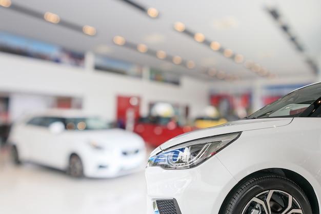 쇼룸 배경에서 새 차의 근접 촬영 앞 프리미엄 사진