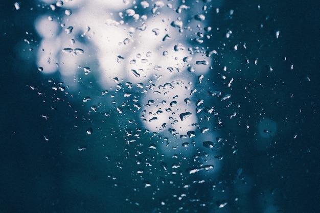 Il primo piano di un vetro con acqua gocciola su dopo una pioggia Foto Gratuite