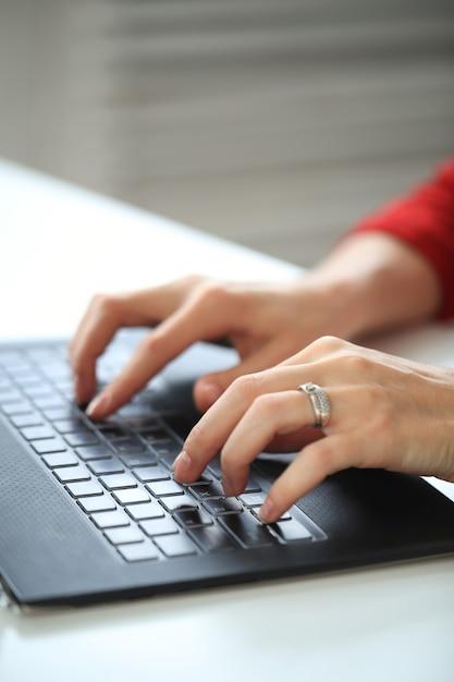 Primo piano delle mani che scrivono con la tastiera del computer Foto Gratuite
