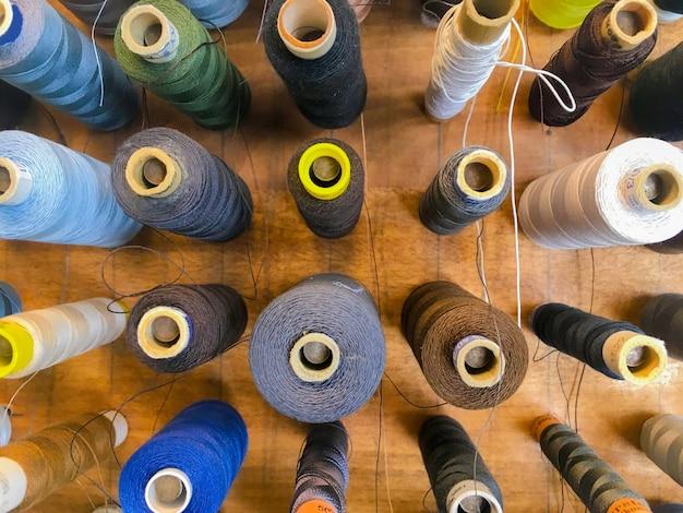 Крупным планом выстрел красочных швейных ниток под высоким углом Бесплатные Фотографии