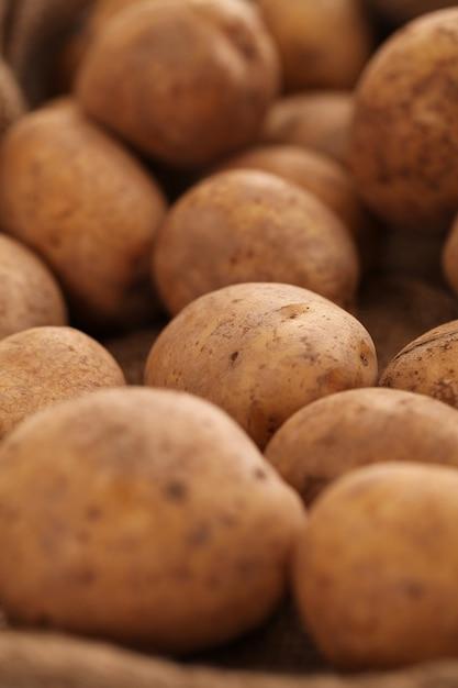 Изображение крупного плана деревенского неочищенного картофеля Бесплатные Фотографии