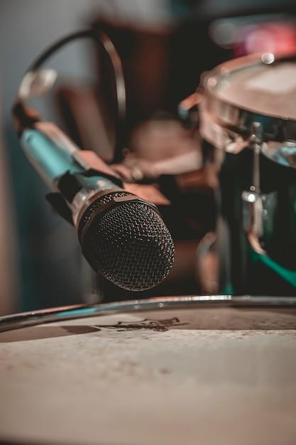 ドラムの近くに置かれたクローズアップマイク Premium写真