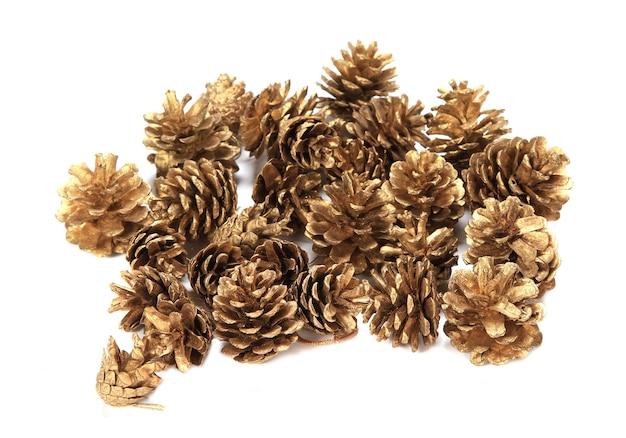 Primo piano di più pigne decorative christmass isolate su una priorità bassa bianca Foto Gratuite
