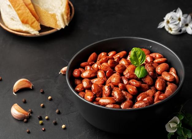 バジルの葉で飾られたゆで小豆とカップのクローズアップ 無料写真