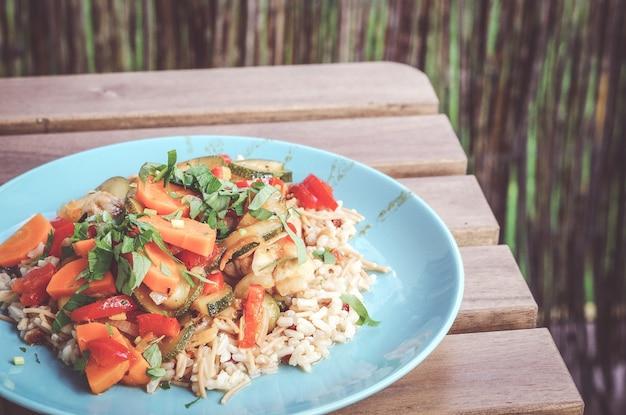 접시 호박에 쌀과 신선한 야채 샐러드의 근접 촬영 무료 사진