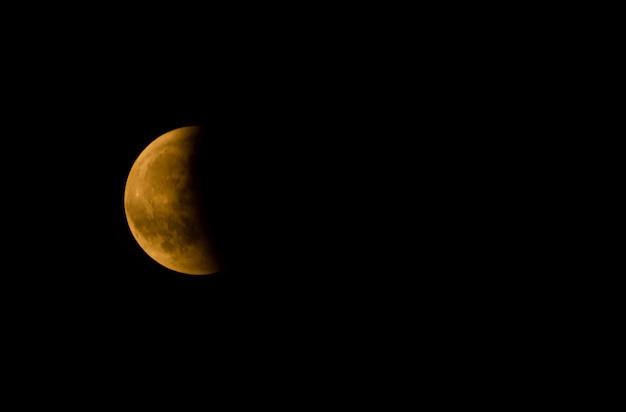 어두운 하늘을 배경으로 반달의 근접 촬영 무료 사진
