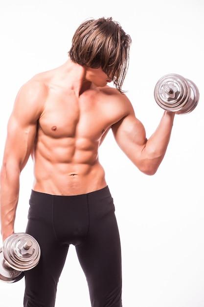 Крупный план культуриста спортивного человека красивого питания, делающего упражнения с гантелями Бесплатные Фотографии
