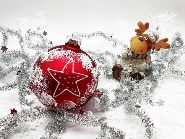 흰색 표면에 Garlands와 빨간 크리스마스 장식의 근접 촬영 무료 사진