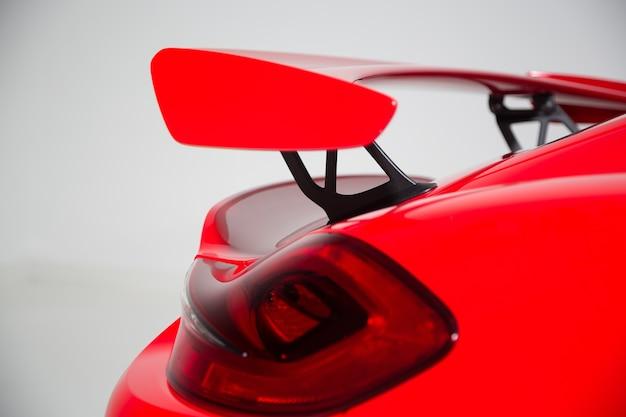 Крупным планом спойлер на красном современном спортивном автомобиле под изолированными огнями Бесплатные Фотографии