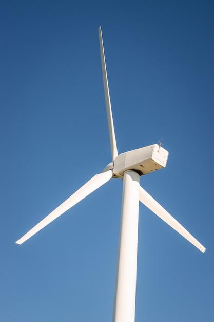 Крупным планом ветряной турбины на фоне голубого неба Premium Фотографии