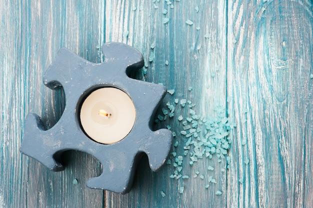 青点灯ろうそくと入浴剤のクローズアップ Premium写真