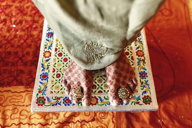 Макрофотография ноги невесты, покрытые mehndi и стоя Бесплатные Фотографии
