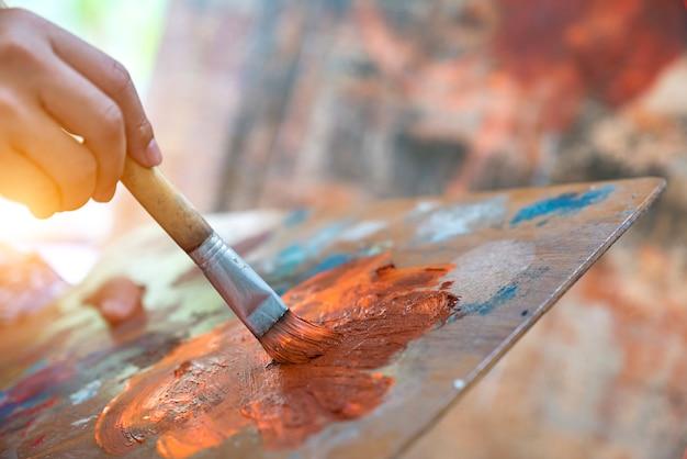 Современные художники участвуют в благотворительности, выставляя свои произведения в картинных галереях