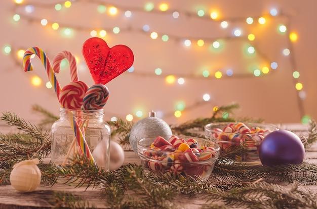 クリスマスの飾りで飾られたテーブルの上のボウルにキャンディーのクローズアップ 無料写真