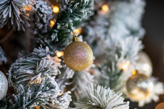 クリスマスの飾りとクリスマスツリーのライトのクローズアップ 無料写真