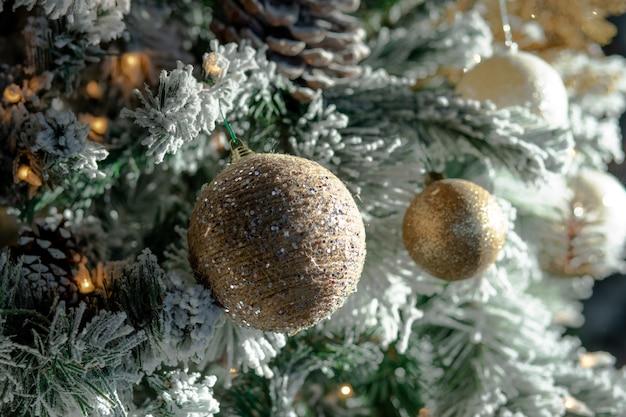 Крупным планом рождественские украшения и огни на елке Бесплатные Фотографии