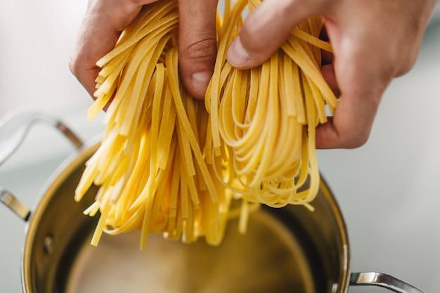 料理のおいしいパスタのクローズアップ Premium写真