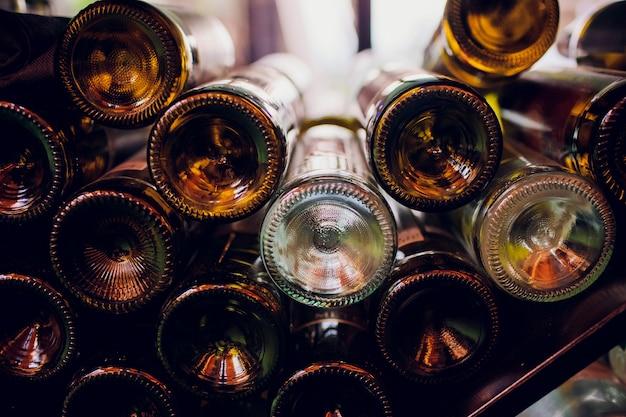 暗い部屋でワインの空のボトルのクローズアップ Premium写真
