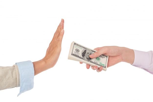 Крупным планом женских рук, протягивая кучу долларовых купюр на мужские руки, жесты, как будто отвергая деньги Бесплатные Фотографии