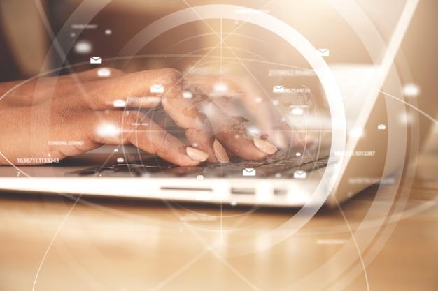 ノートパソコンのキーボードで入力する女性のクローズアップ 無料写真