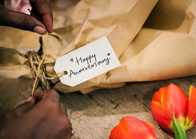 Макрофотография ярлыка happy anniversary на букете цветов Бесплатные Фотографии