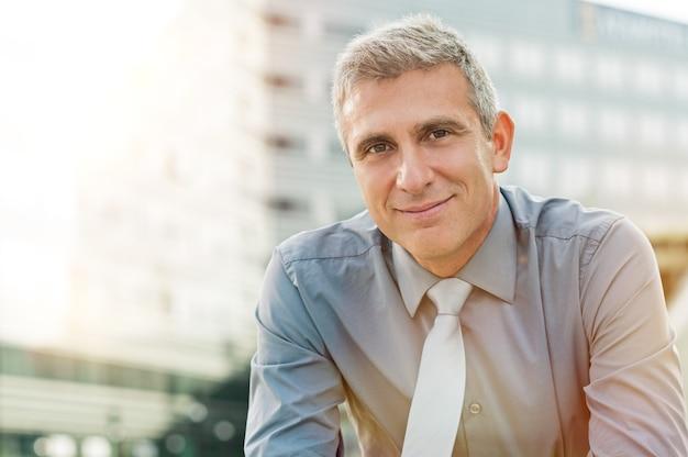 Крупным планом счастливый зрелый бизнесмен улыбается открытый Premium Фотографии