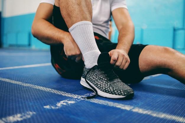 スニーカーを履いているスポーツ選手のクローズアップ。 Premium写真