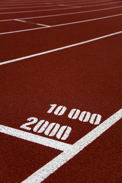 Крупным планом отметки 2000 и 10000 метров на беговой дорожке Premium Фотографии