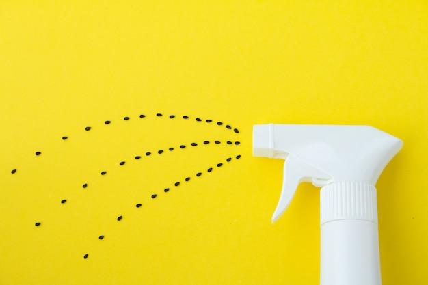 Макрофотография бутылки с белым брызги на желтом фоне с линии опрыскивания из семян сазема семян, опрыскивание воды или концепция посадки Premium Фотографии