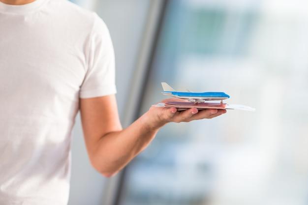 空港屋内背景飛行機でクローズアップパスポートと搭乗券 Premium写真