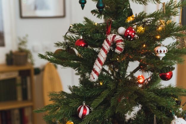 근접 촬영 사진 아름 다운 장식 된 크리스마스 트리와 크리스마스 트리에 빛나는 불빛. 프리미엄 사진