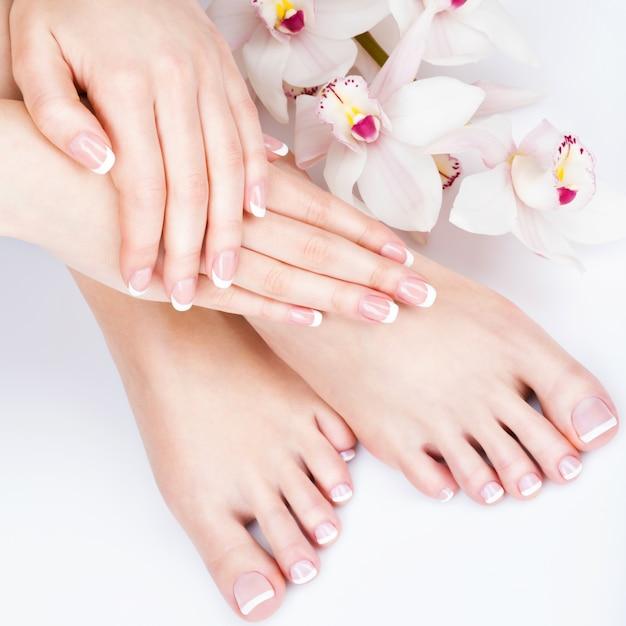 Foto del primo piano di una femmina di piedi al salone della stazione termale sulla procedura di manicure e pedicure - immagine soft focus Foto Gratuite