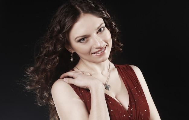 확대. 검은 벽에 .isolated 저녁 메이크업으로 아름 다운 여자의 초상화 프리미엄 사진