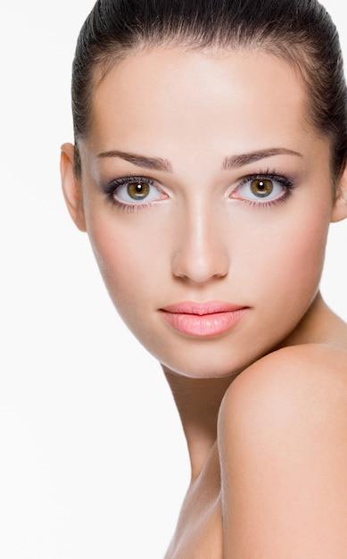얼굴의 신선한 피부를 가진 아름 다운 여자의 근접 촬영 초상화 무료 사진