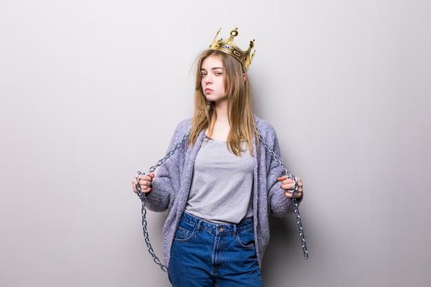 Портрет крупным планом красивой молодой девушки с праздничной бумажной короной на голове Бесплатные Фотографии