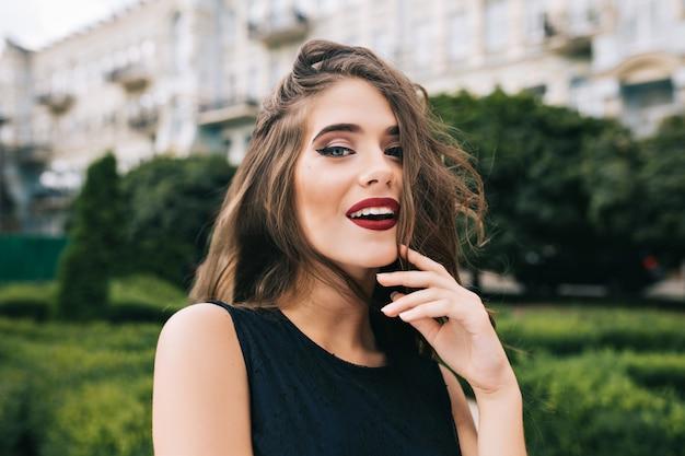 長い巻き毛を持つかわいい女の子のポートレート、クローズアップ 無料写真