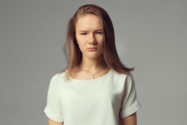 Портрет крупного плана, унылая молодая женщина Premium Фотографии