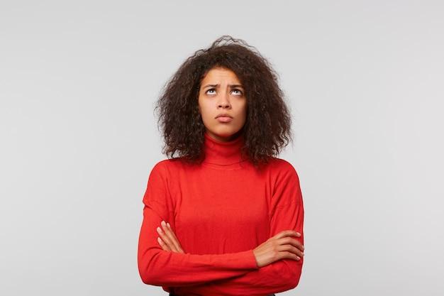 クローズアップの肖像画若い女性が手で立って上向きに立って、許しを求める最高のことを期待して交差しました 無料写真