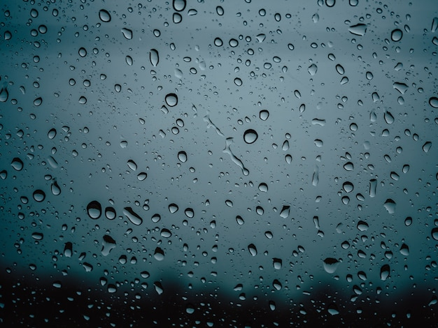 梅雨の季節にガラス車の雨滴をクローズアップ。 Premium写真