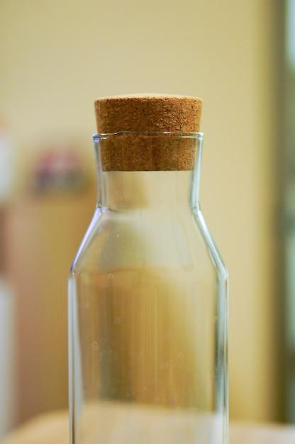 Primo piano fuoco selettivo colpo di una bottiglia vuota con sughero Foto Gratuite
