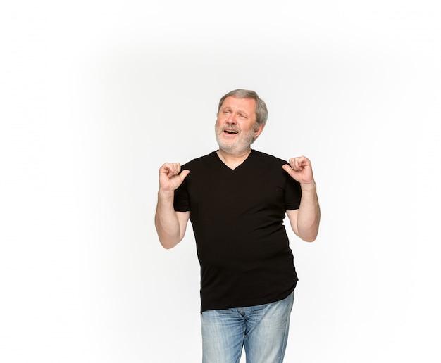 Primo piano del corpo dell'uomo senior in maglietta nera vuota isolata su fondo bianco. mock up per il concetto di design Foto Gratuite