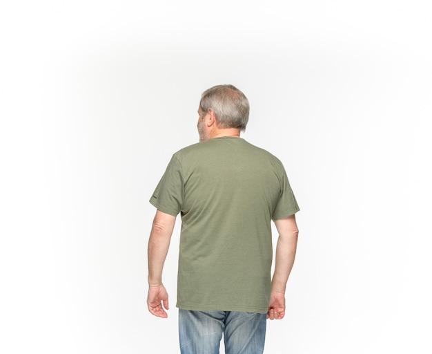 Primo piano del corpo dell'uomo maggiore in maglietta verde vuota su bianco. Foto Gratuite