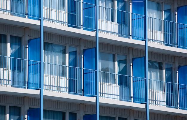 Colpo del primo piano di un condominio con divisori per balcone blu Foto Gratuite